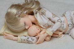 So touching! Cosleeping is actually safer than baby being in a crib statistically. *heart* mother and baby.. nap. #baby #doll #bjd #resin #mother #tender #sleep #cosleeping