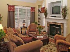 Дизайн маленькой гостиной с камином в классическом стиле