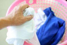 Cómo quitar manchas de la ropa que fue lavada con ropa de color - wikiHow