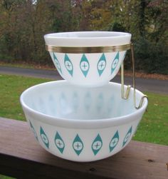 VINTAGE PYREX ATOMIC EYES CHIP AND DIP SET COMPLETE VGC WHITE WITH TURQUOISE @Casey Mounday makes me think of you!