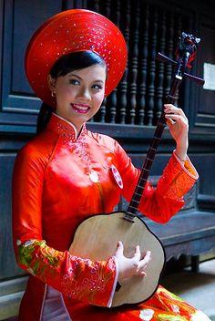 Người đẹp e ấp với áo dài nơi phố cổ.  Đậu Thị Hồng Phúc, Hà Nội.
