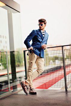 Outfit for man. Americana azul, pantalón beige. Casual chic. Blue, bleu. https://www.facebook.com/bagatelleoficial Bagatelle Marta Esparza  #outfit #men #man street fashion, fashion saavi, mirror sunglass, blue, men style, fashion idea, men fashion
