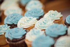 Wedding cupcakes by Cupcake DownSouth, topped in white to match the bride's dress, and frosted in blue to top the wedding party's | photo credit Richard Bell Photography #weddingcupcakes #scweddings