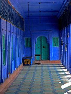 azul : www.forjahispalense.com green doors, blue interiors, color schemes, blue walls, blue doors, cobalt blue, templ, deep blue, blues