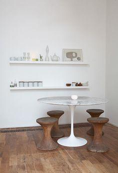 Tavolo bianco rotondo con sgabelli in legno che sembrano riprendere il colore del parquet usato per la pavimentazione. #rifarecasa #maistatocosifacile grazie a #designbox & #designcard #idfsrl