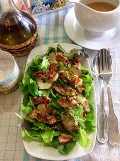 Insalata con triglia croccante panata alla salvia elegans con salsa dolce piccante all'ananas