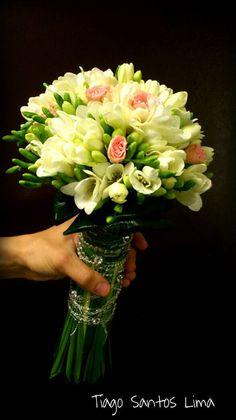 Tiago Lima - bouquet de noiva;fresias e rosas de sta teresinha