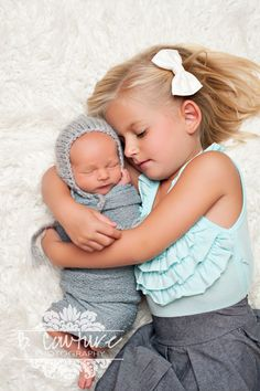 Newborn baby and big sister...Newborn Photography Sibling Pose {B COUTURE PHOTOGRAPHY} Newborn Photography Mint and Grey