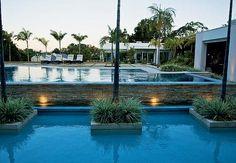 A piscina contracena com a represa no projeto assinado pela arquiteta Eliana  Marques Lisboa. Alex Hanazaki propôs um jardim colorido, com flores a maior parte do ano, inspirado na arquitetura e decoração com ares de campo