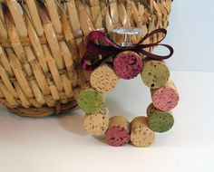 Wine cork wreath ornament and a few other wine cork craft projects!