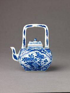✿ڿڰۣ(̆̃̃•Aussiegirl  1662-1722, Porcelain, Small covered wine pot or teapot.