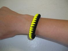 #DIY Sawtooth Paracord Bracelet Weave. More interesting is that there is a link to a YouTube video in the comments.