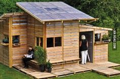 This pallet emergency house can be build in one day with only basic tools.