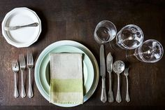 Before the onslaught ofcookie swaps, company dinners, and your mother's holidaybrunch, take a moment to brush up on your dining etiquette.