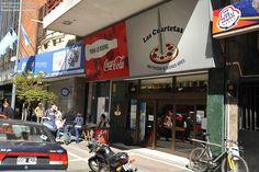 """""""""""Pizzeria Las Cuartetas"""""""" fundada en 1930 en Avenida Corrientes al 800, pegadita al teatro Opera. Dicen que el asiduo cliente del lugar, (poeta de tango) Alberto Vacarezza, se sentaba en un rincon a escribir sus """"cuartetas""""luego las colocaba en cada postre sopa inglesa, de alli en mas habrian empezado a llamar al lugar""""la casa de las cuartetas"""" La pizza es al molde (masa gruesa y no demasiado crocante)"""