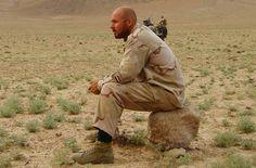 Kroon - en zijn schoenen - tijdens een korte pauze tussen de acties door (DTF, Uruzgan).