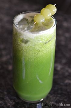 Gorgeous Green Juice: made with Cucumber, Honey Dew Melon, Green Grapes, and Spinach! #vegan #raw #juice