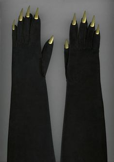Elsa Schiaparelli vintage gold nail/claw gloves, 1936. #vintage #1930s #gloves #Schiaparelli
