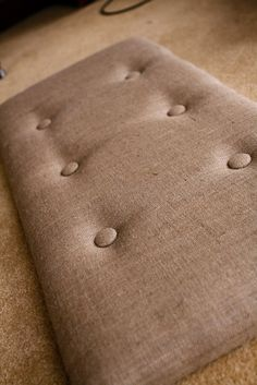 Ottoman or bench cushion with tufting. Lurrrrvvv the burlap.