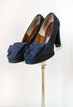 Beautiful navy blue 1940s shoes with bows. #vintage #1940s #shoes #heels #fashion