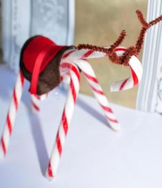 Christmas Candy Cane Craft - Would be cute as a place setting for your Christmas table...