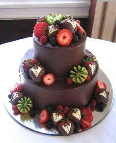 Pastel de chocolate y frutas.