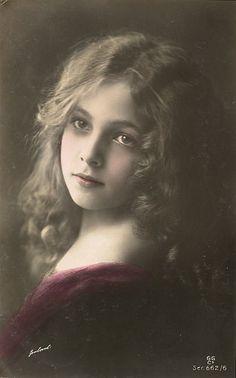 beautiful portrait of Victorian girl