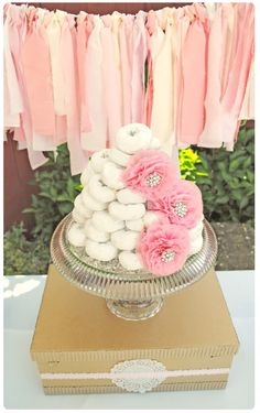 Love the idea: serve powdered donuts instead of cake at a brunch party! #partyidea #partyfood #shabbychic