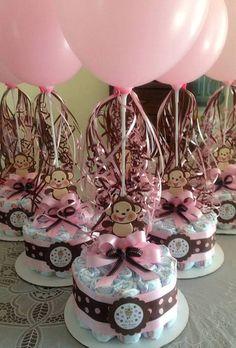 Centro de mesa de pañales con globos para Baby Shower. #DecoracionBabyShower