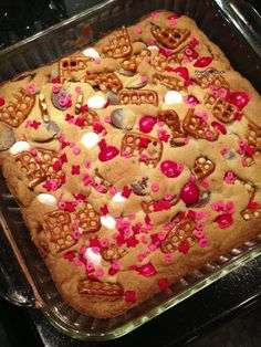 Valentine cookie bars #valentinesdaytreats #valentinesday #valentine #happyvalentines #valentinesdaybaking #bakingfortheholidays #holidaytreats #hearts #sweetheart #pinkandred www.gmichaelsalon.com