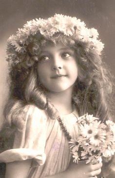 http://3.bp.blogspot.com/-4p4lznZOVI8/TjSULZHD_eI/AAAAAAAAEqs/Nz8WdzCDFtQ/s1600/1912curls_daisies.jpg