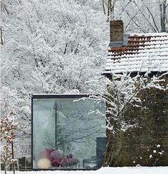 Projeto de extensão de varanda com vidros. Contato com a natureza e proteção contra o frio. Delícia!