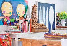 A cozinha da produtora de eventos Lica Paludo, em Florianópolis, tem um jeitinho de sala. Móveis, obras de arte e um grande vidro com rolhas fazem parte da decoração do ambiente