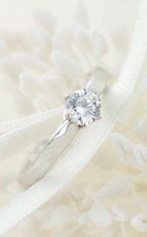 Verlobungsring mit einem kleinen und klassischen Stein