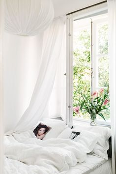 the bedroom with flowers