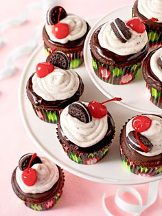 Birthday cupcake decorations: Make these beautiful birthday cupcakes at your home. Your kids surely going to love it.