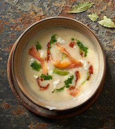 Kremowa zupa z porów z wędzonym łososiem, twarogiem i oliwą z lubczykiem #lidl #przepis #okrasa #zupa #por #losos #twarog