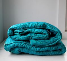 lovin this solid teal quilt...nice:)♥