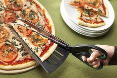 Una tijera que nos recuerda que no siempre las genialidades van de la mano de la última tecnología. Ideal para cortar y servir, sin perder el queso por el camino. Foto:walyou.com