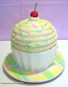 Soo cute! If you can't decide between cupcakes and a cake, try this giant cupcake cake!