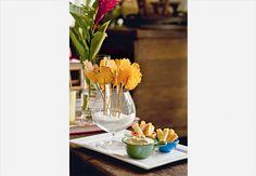 As telhas de parmesão, acompanhadas por dips, são uma boa pedida para um encontro informal. Uma taça de conhaque com sal grosso acomoda os petiscos com graça
