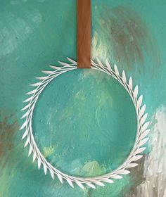 Laurel wreath made from plastic spoons - The Nester