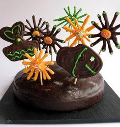 ¿Cómo decorar un pastel con piruletas de chocolate?