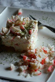 Atum e kani, fase ataque. - 2 huevos cocidos - 6 palitos de surimi - una lata de atún al natural bien escurrida - 3 cucharadas de queso batido 0% M.G. - perejil picado - una pizca de sal Preparación: En un bol, picamos bien los huevos ya cocidos y fríos. Les añadimos los palitos de surimi cortaditos en trozos pequeños, así como el atún escurrido y desmenuzado. En otro bol, ponemos el queso batido, lo condimentamos con la sal y le añadimos perejil picado al gusto. Removemos bien y vertemos la