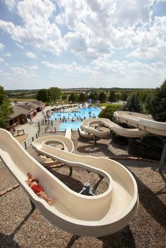 Our favorite Midwest resort destinations range from cozy lakeside lodges to indoor water park behemoths. Dive in to check out our top picks for a fabulous Midwest getaway.