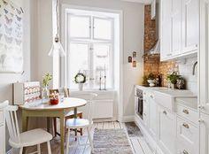 Mar de Girasoles: Interior: blanco..Hermosa cocina, pequeña pero luminosa! adoro esa gran ventana!! y el afiche de mariposas