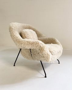 Superior Eero Saarinen Womb Chair in California Sheepskin | DECASO