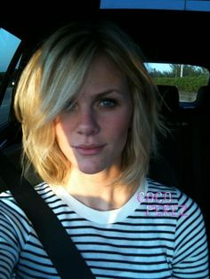 Front of Brooklyn Decker's short hair