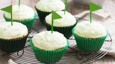 Love these cute little green flags on these cupcakes! #golf #party