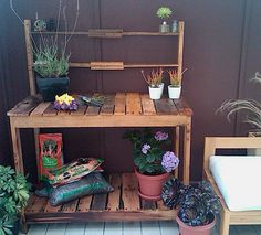 This little pallet potting bench is so cute. I love it as a workplace I don't mind getting dirty. No instructions, but it seems easy enough to make.